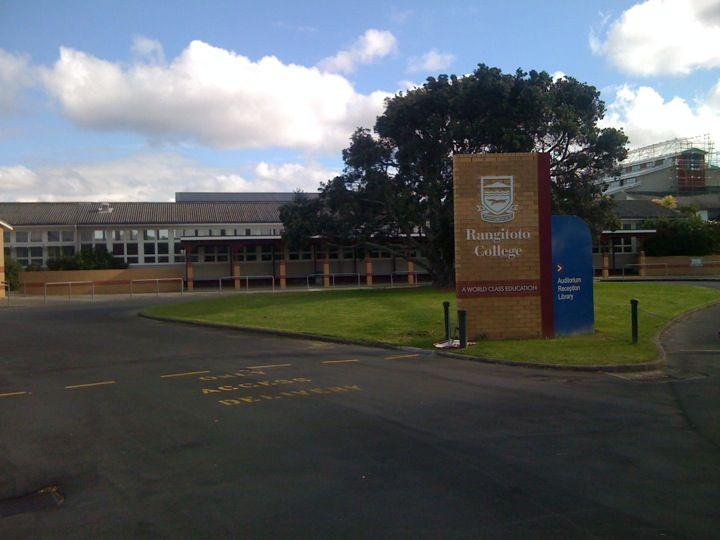 Colegio de educación secundaria en la ciudad de #auckland. Estudia en #rangitotocollege con #xploraeducation . Ubicado en el hermoso y seguro entorno del North Shore, es uno de los establecimientos más experimentados en recibir estudiantes internacionales. Ofrece los más diversos ramos y actividades extracurriculares, y tiene una academia de Rugby.