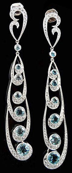Un par de pendientes de diamantes y aguamarina