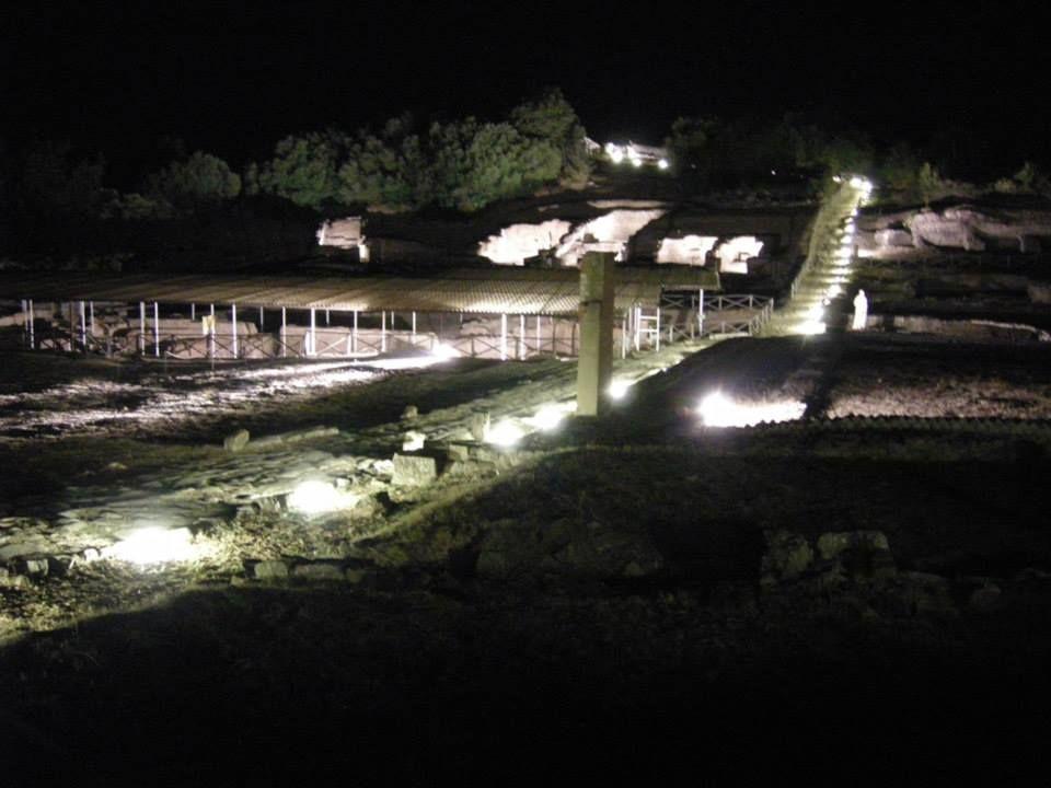 l'Area Archeologia di #Roselle ha presentato la nuova illuminazione, che guida i visitatori lungo la strada basolata, con la sua fontana di travertino e le sue botteghe, fino all'area del Foro, con la Basilica e i circostanti edifici pubblici e privati di età romana, e alle strutture etrusche di età orientalizzante e arcaica (VII-VI secc. a.C.) visibili sotto il livello della piazza. #ilmiopatrimonio #invasionidigitali #giornatedelaptrimonio