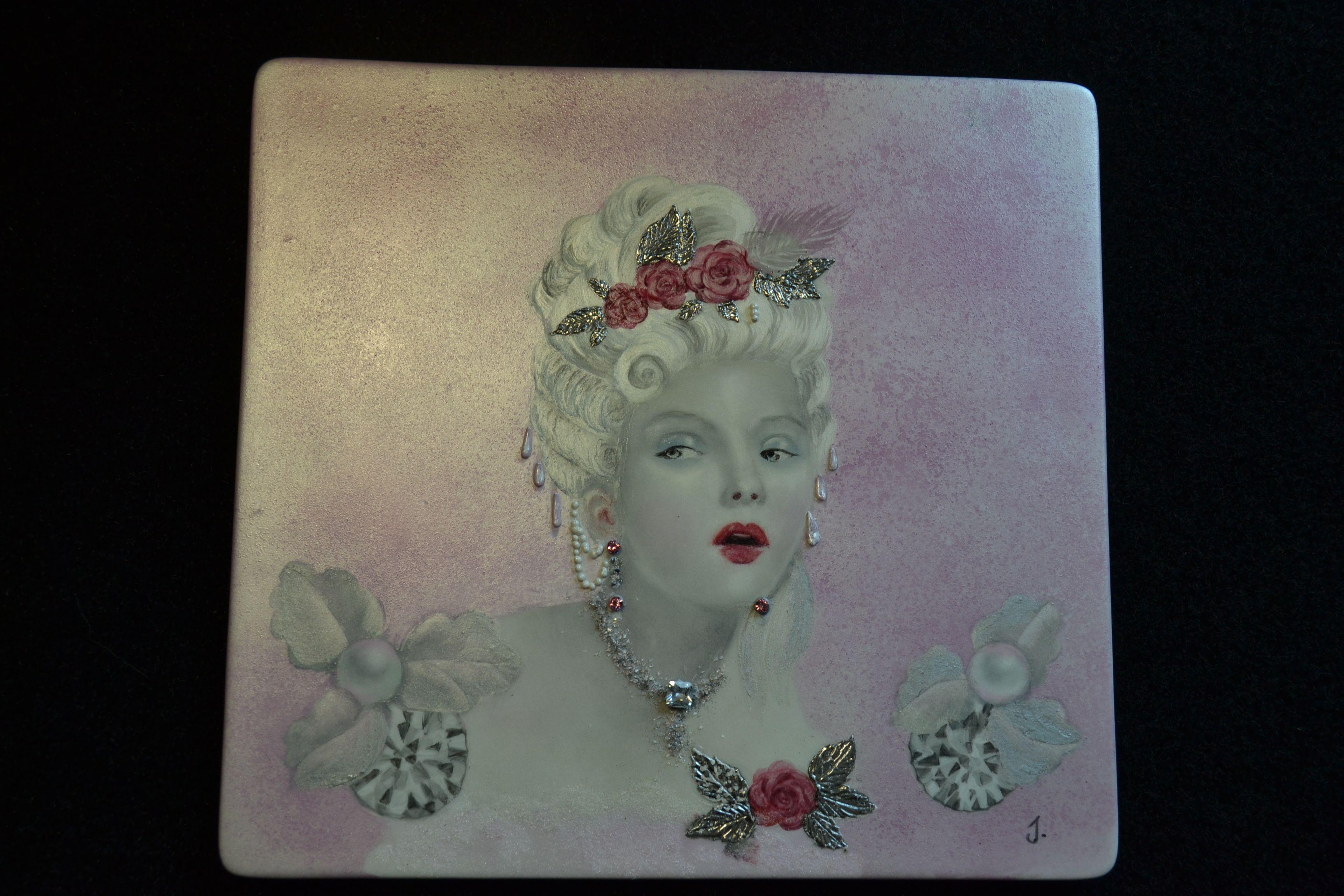 Marquise. Peinture sur pigments métallisés et zircon sur le collier.  Atelier IDPorcelaine et Bijou Lançon-Provence