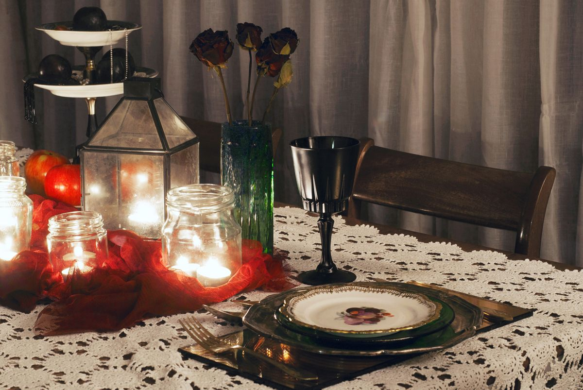 A dark desire table setting, with dead roses, black and bright red @Ardis Margrethe
