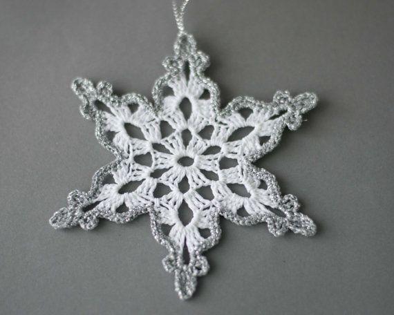 Wit gehaakte sneeuwvlokken met zilveren rand.  Handgemaakte Kerst ornamenten gemaakt met hoge kwaliteit katoen wol en zilver lame wol in smokefree en petfree omgeving.  Elke sneeuwvlokken 4.7 x 4.7 meet ca. (12 x 12 cm)   Gesteven om ze te houden in vorm.  Bezoek mijn winkel voor andere gehaakte artikelen: https://www.etsy.com/shop/SevisMagicalStitches?ref=l2-shopheader-name  Voor hand bezoek gebreide items, mijn andere winkel…