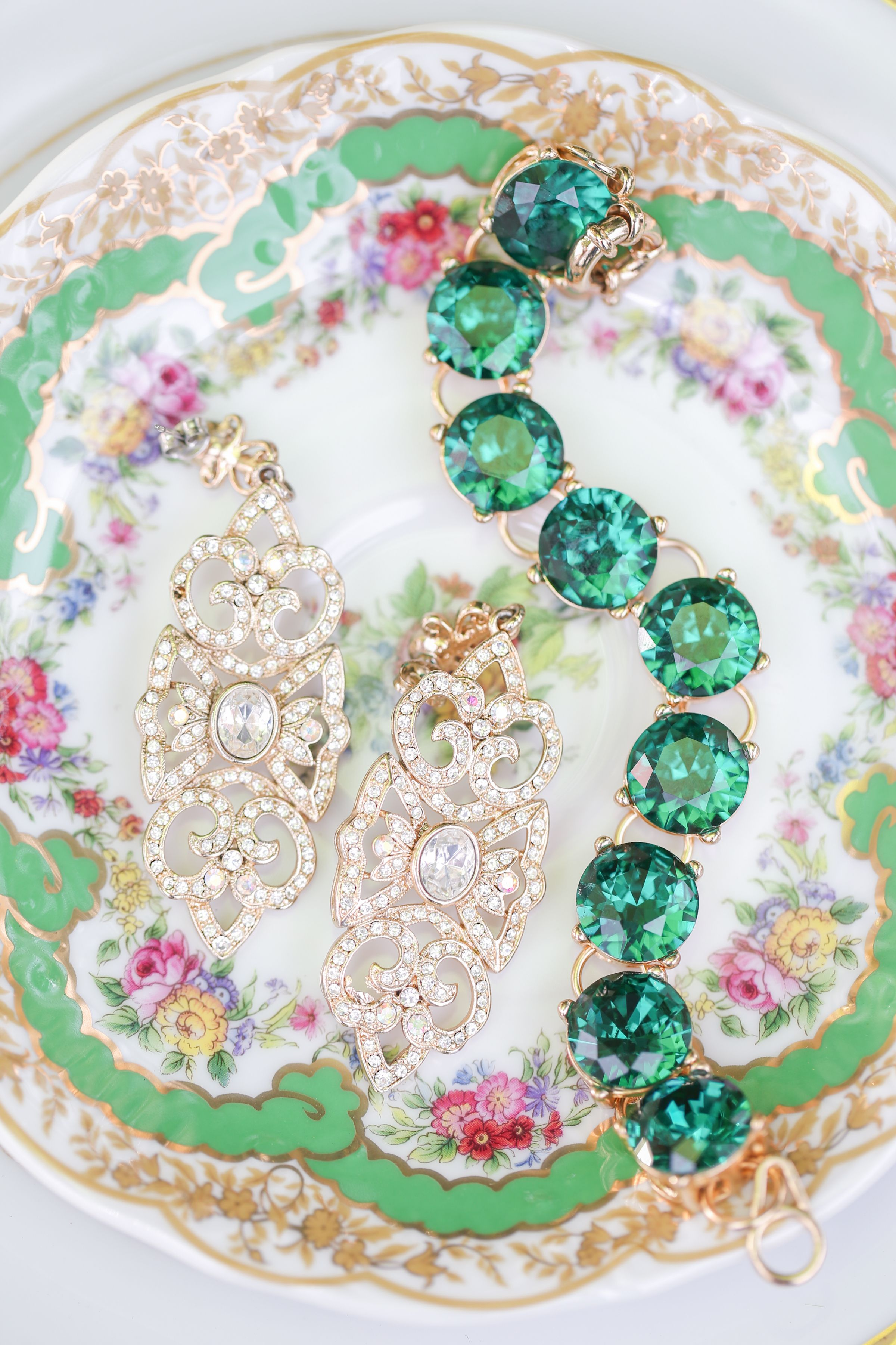 Beautiful emerald green jewelry for the bride in our