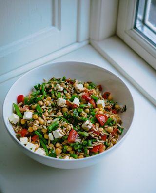Det er ikke nogen hemmelighed, at jeg er vild med salater. Men jeg er lidt salat kræsen, for jeg er virkelig træt af kedelige salater uden smag. I mit køkken elsker jeg derfor at eksperimentere med læ