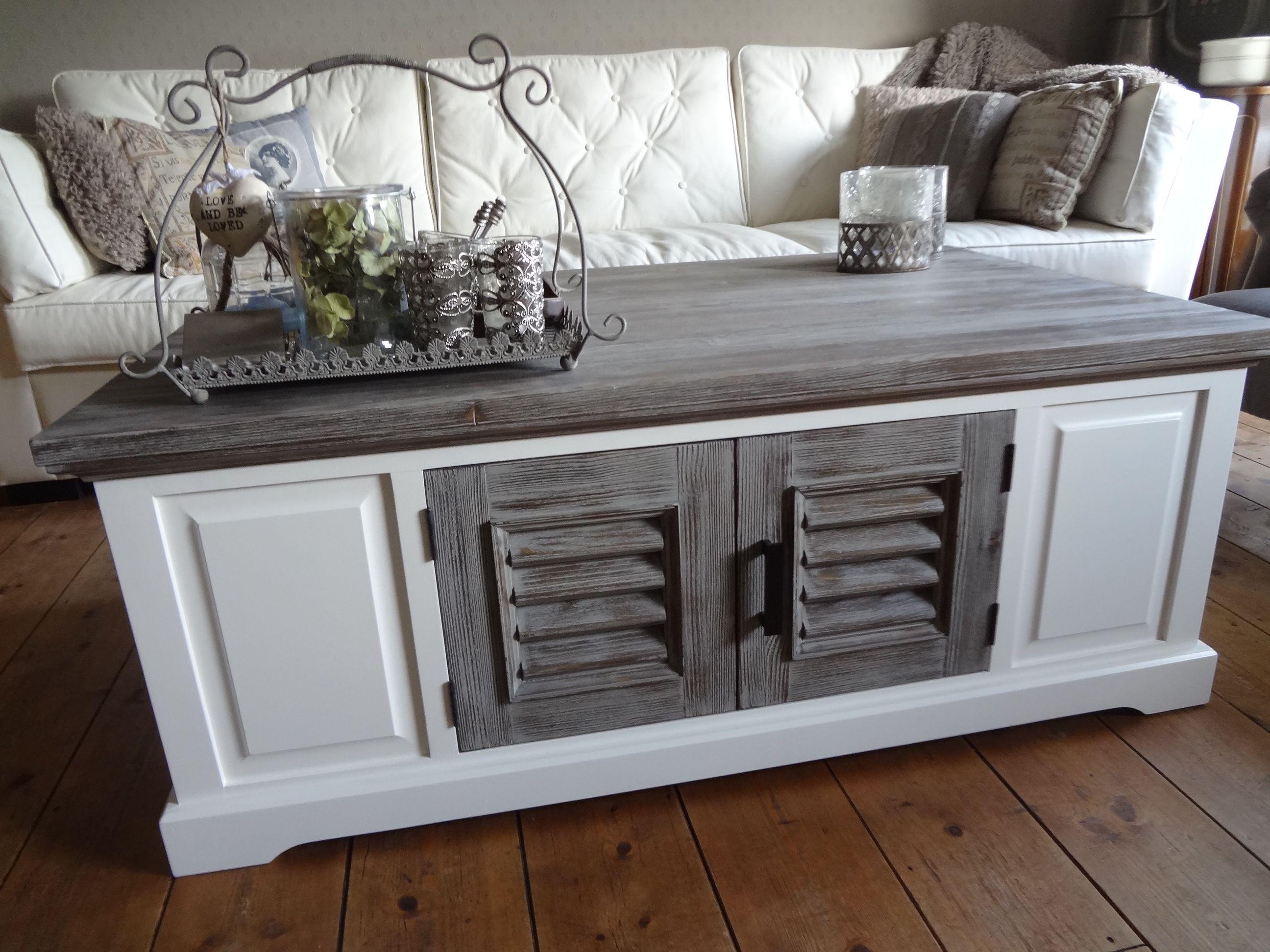 Elegant zwart zinken in moderne luxe keuken met witte houten