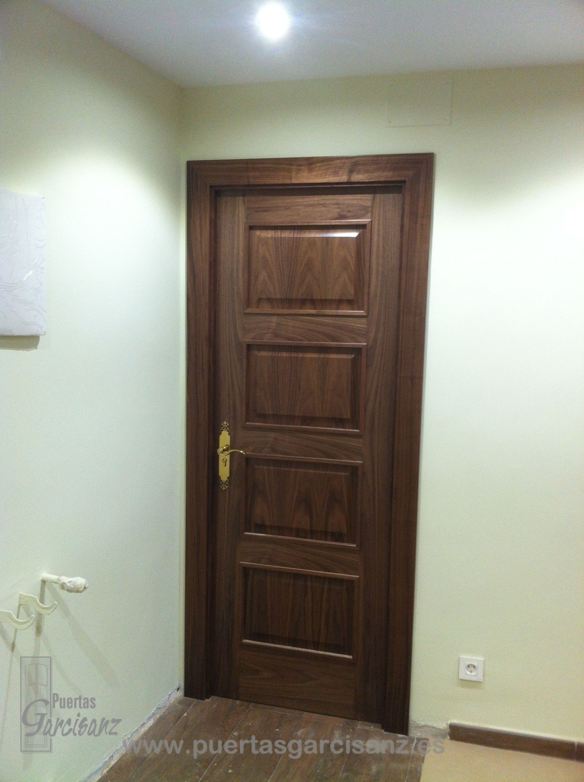 Puerta de interior mod 4200 en chapa de nogal puertas for Puertas de metal para interiores