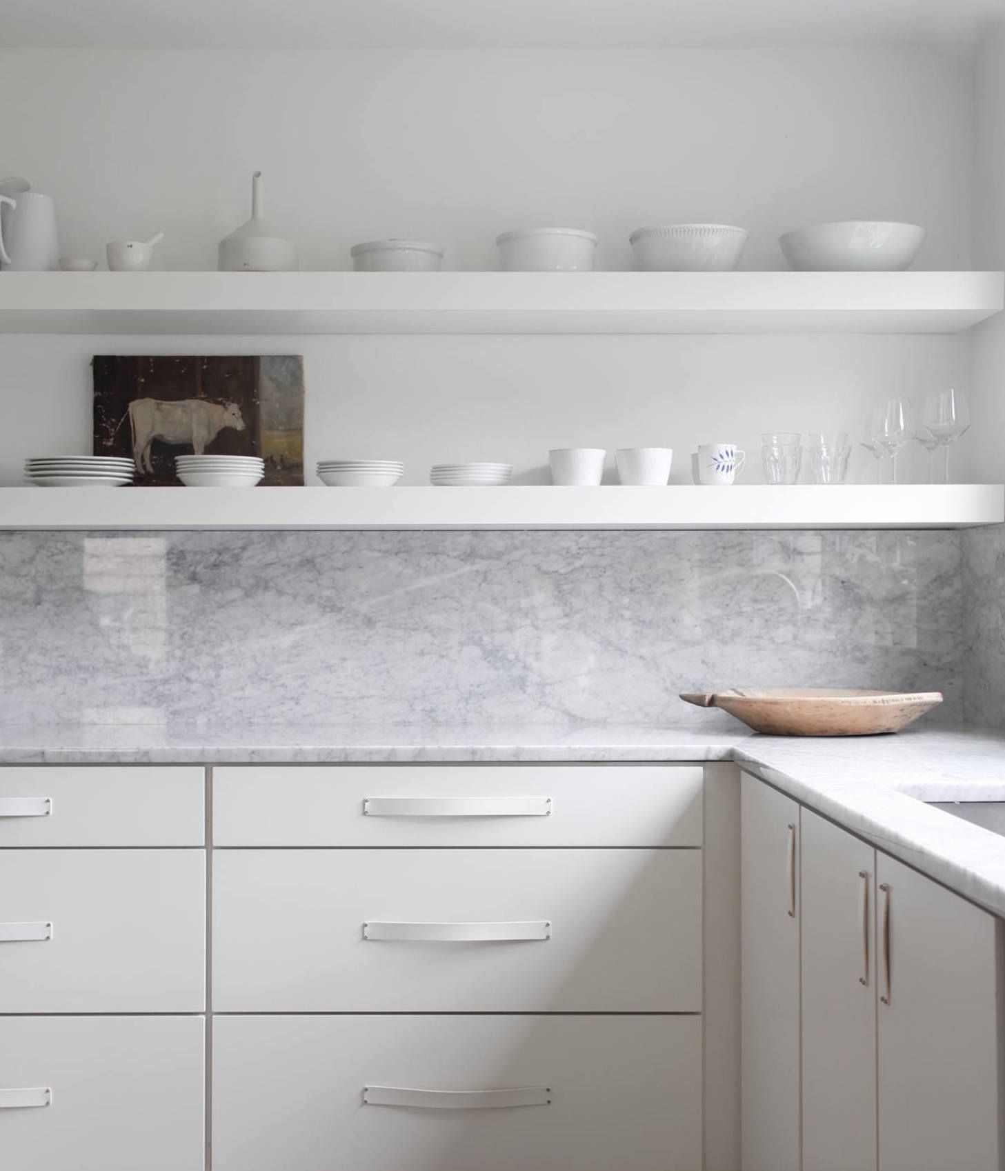 16 Favorite Solid Marble Kitchen Backsplashes For Maximum Drama