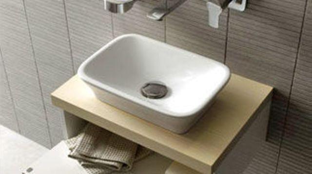 Une petite salle de bains pratique qui a du style maison