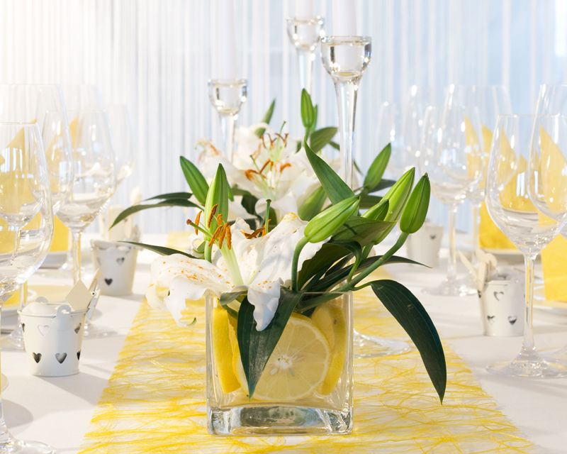Glasvase mit wei en lilien tischdekoration zitroniges for Hochzeitsdeko mainz