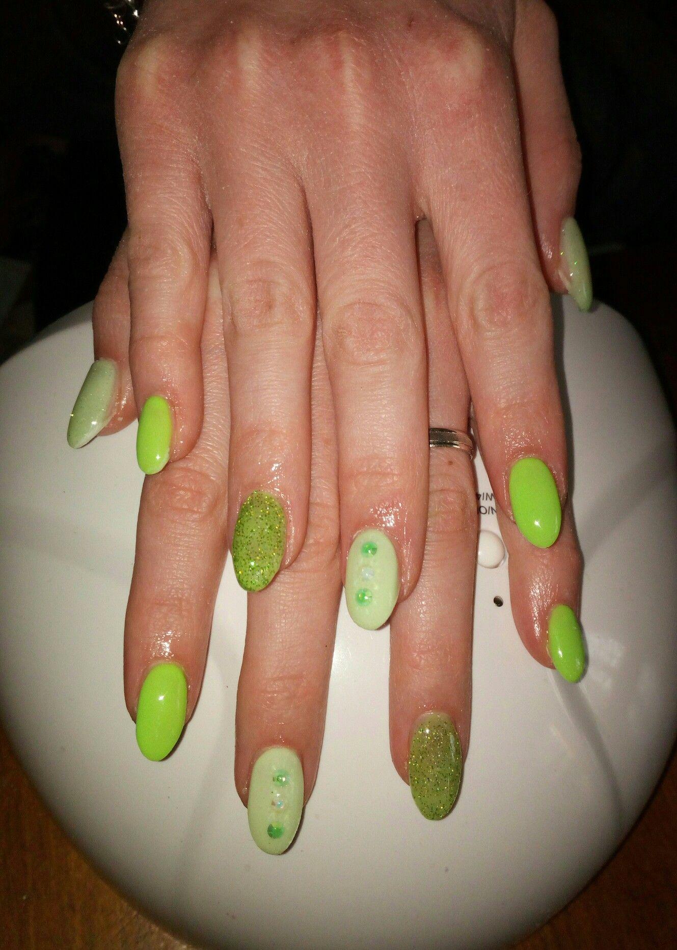 Unghie gel a mandorla verde fluo con brillantini idea primavera estate 2019