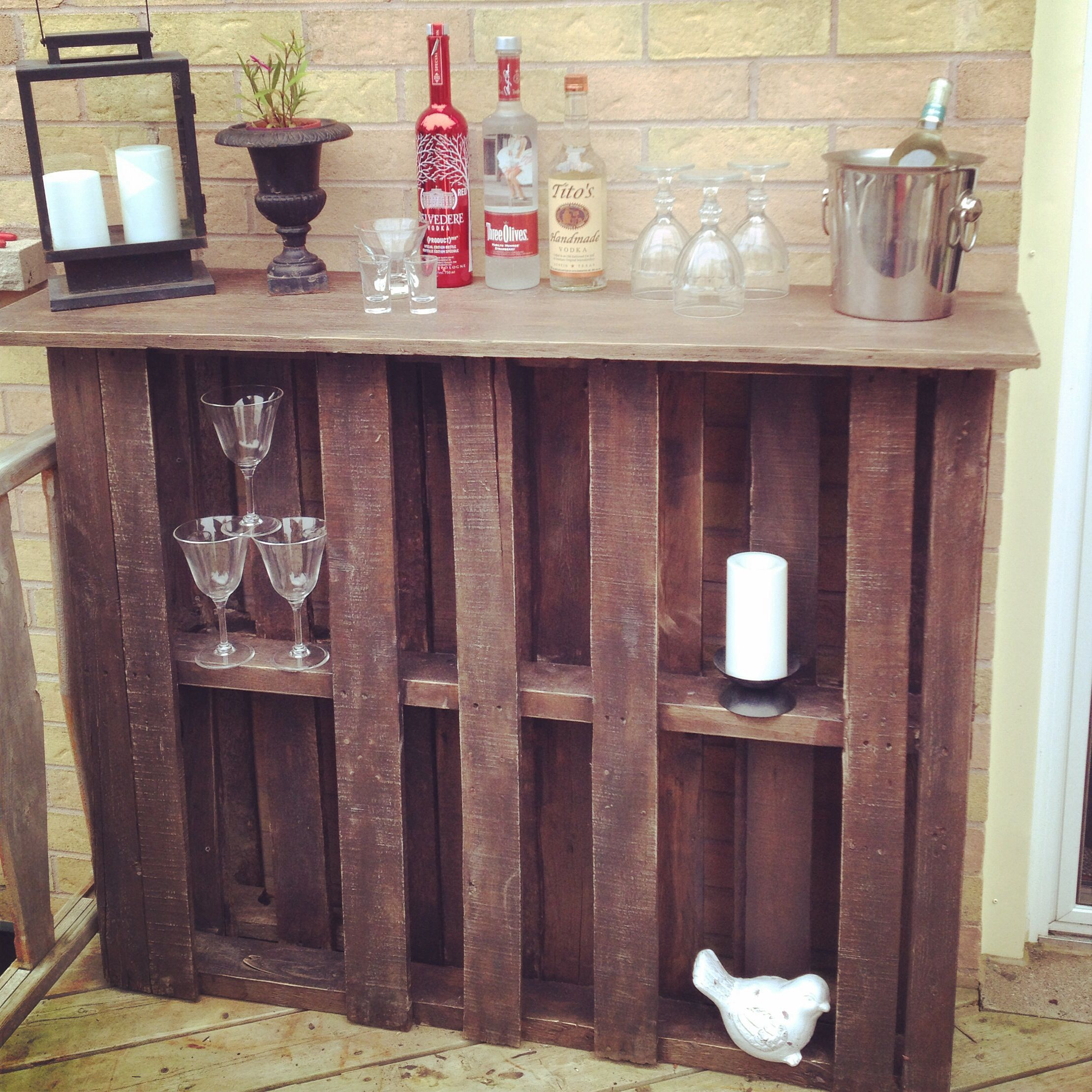 bar made from pallets 2 pallet and some plywood attached and stained make a perfect outdoor bar. Black Bedroom Furniture Sets. Home Design Ideas