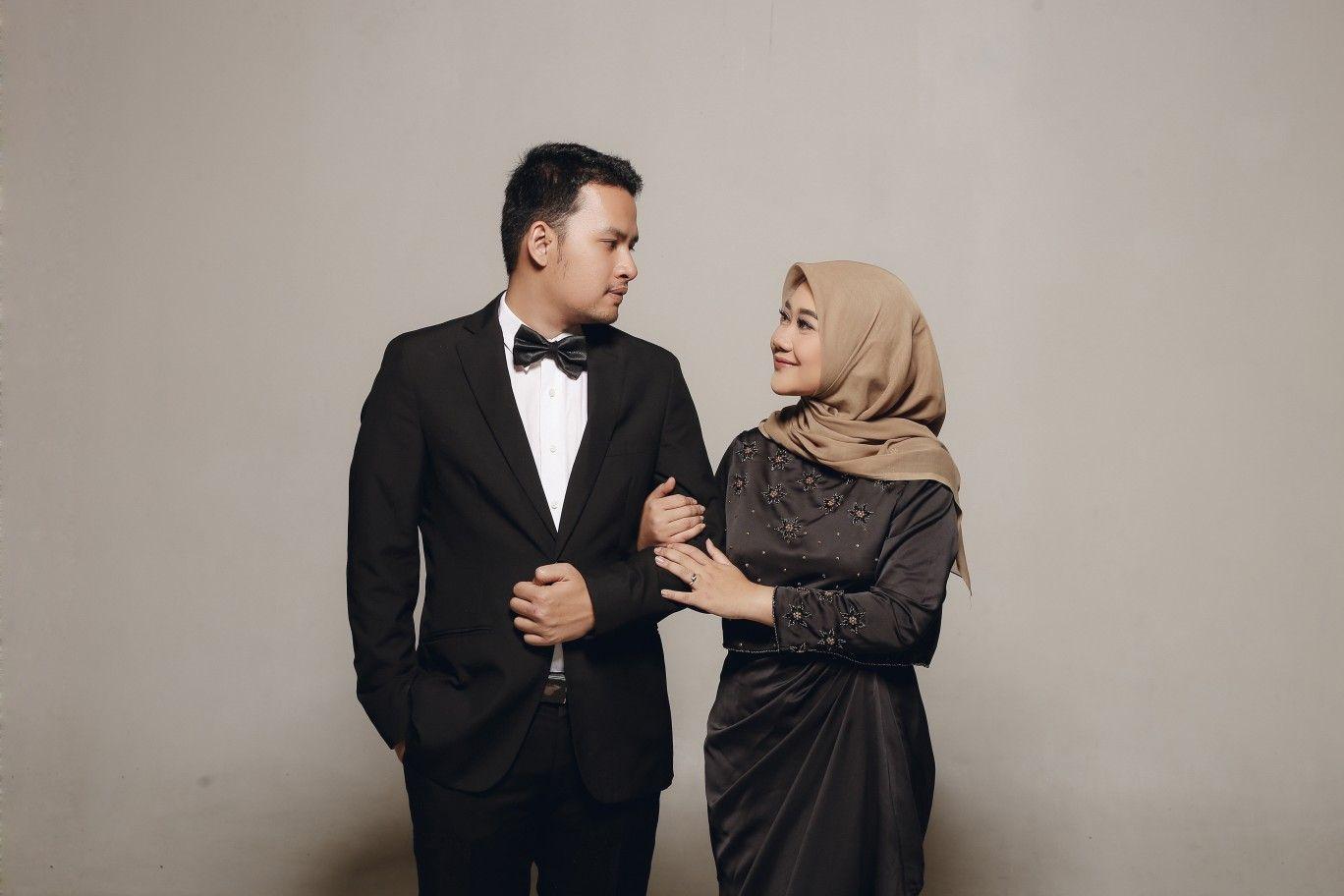 Hijab Couple Prewedding Studio Photoshoot Foto Perkawinan Pose Perkawinan Pose