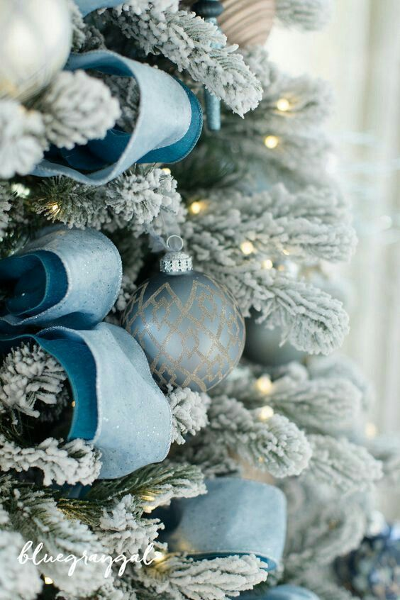 Pin by 💜İrène Bassil💜 on Noël☄☄en bleu☄☄givré☃ Pinterest - blue and silver christmas decorationschristmas tree decorations