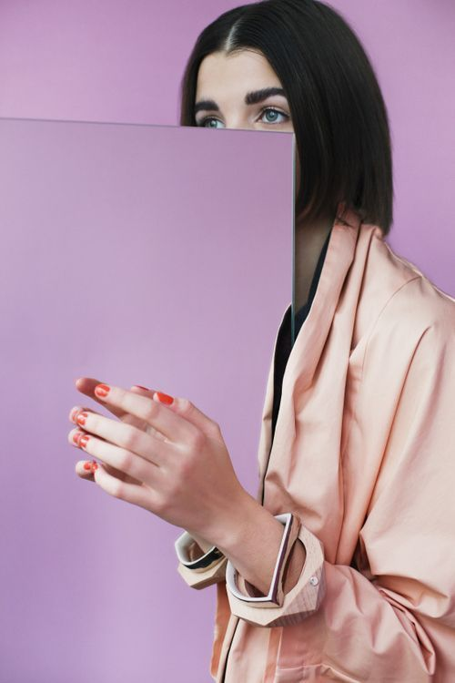 Spiegel Porträt kreativ Foto Studio Idee Inspiration lila flieder Model Fotografie Spiegelung Farbenfroh
