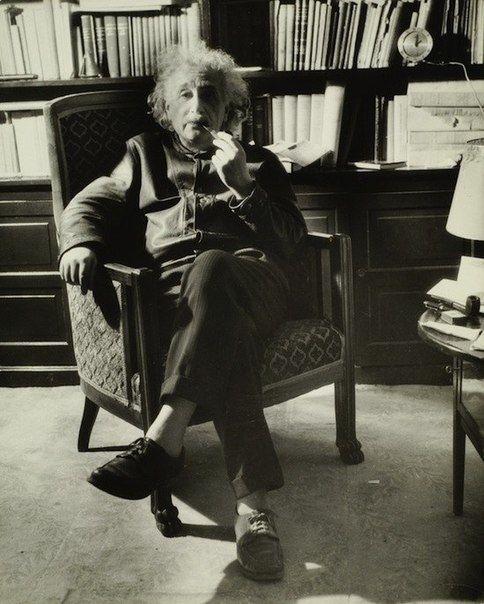 Альберт Эйнштейн с любимой трубкой, 1938 г | Эйнштейн ...