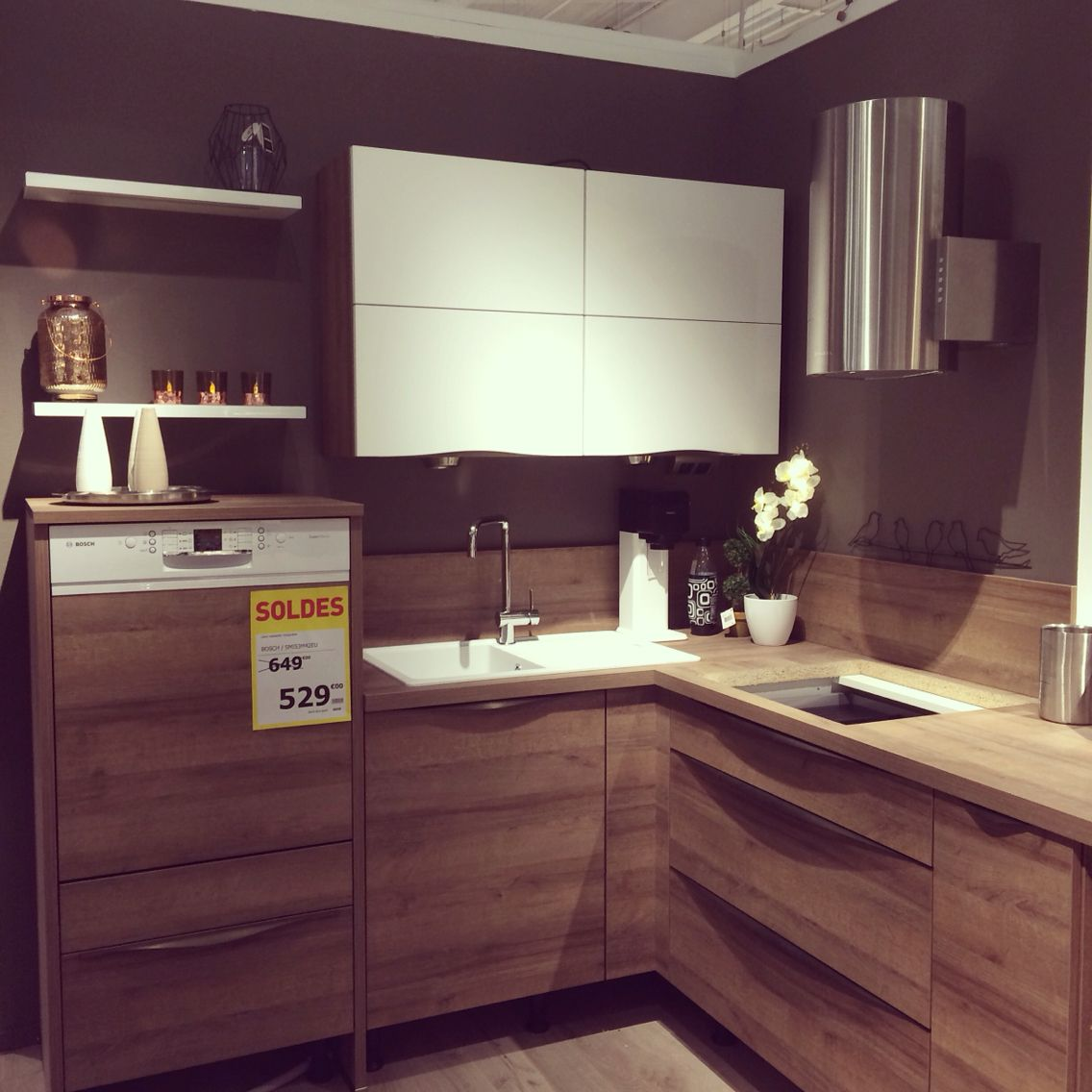 nouvelle exposition en magasin rocka ch ne ontario avec meuble haut en fa ade blanc mat. Black Bedroom Furniture Sets. Home Design Ideas