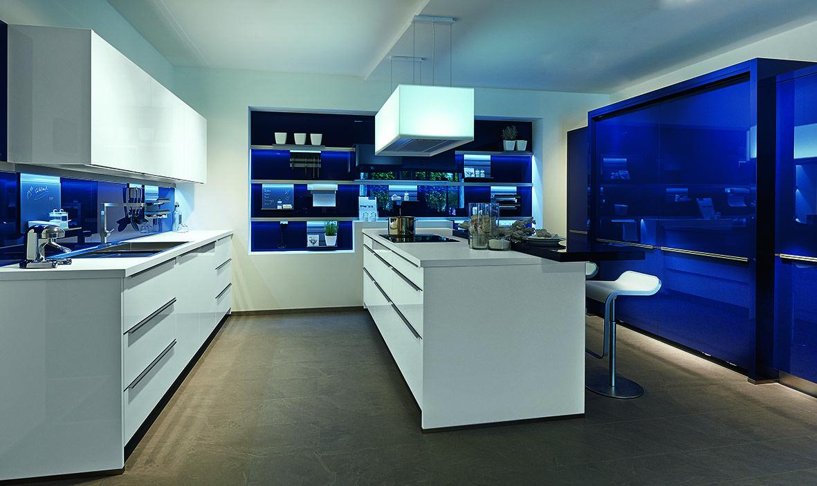 Cuisine Moderne. Bleu Nuit Laqué Brillant.