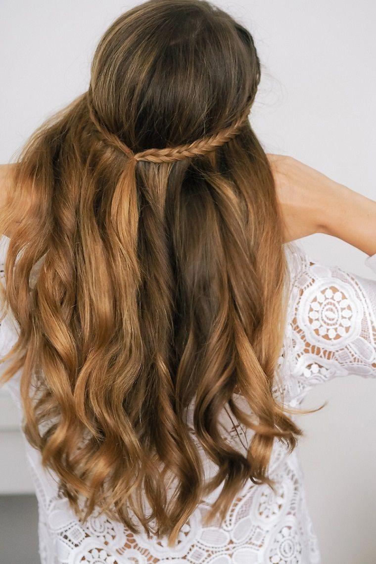 Mossa piega capelli lunghi di colore biondo balayage con trecce e corona f761b5dbde00