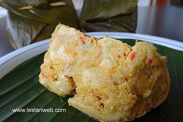 Steamed Chicken In Banana Leaf Recipe From Indonesia Recipe Balinese Recipe Steamed Chicken Food Processor Recipes