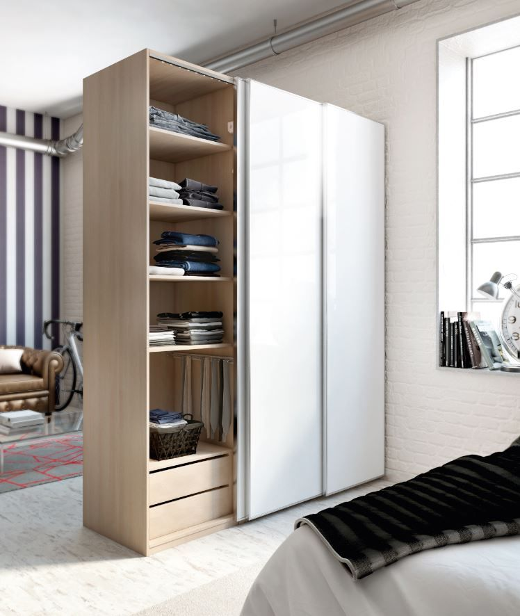 Utiliza un armario crear una separaci n pr ctica entre dos ambientes y dise a como quieras su - Disena tu armario ...