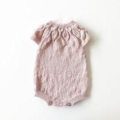 Grått ute, lyserosa inne! #knitting_inspiration#knitting#instaknit#knitstagram#knittersofinstagram#i_loveknitting#dahliaromper#knittinglove#knitting_is_love#strikking#strikkemamma#babystrikk#strikktilbaby#jentestrikk#kjærlighetpåpinner#alpakkasilke
