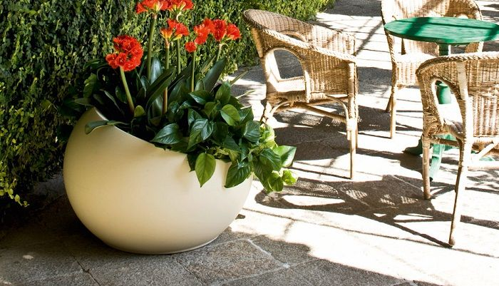 Uovo di Colombo Outdoor Planters by Serralunga. LLDPE (linear low-density polyethylene) achieved by rotational moulding.