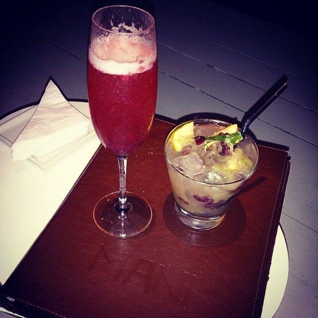 Drinks: Kir Maní (espumante e frutas vermelhas) e Rio (absolut, licor de abacaxi, limão siciliano,  hortelã e uvas roxas. #mani