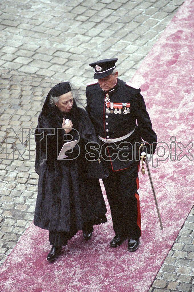 Kong Olav V begravelse. Fra prosesjonen med kong Olavs båre trukket av