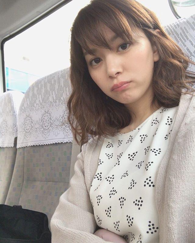 タクシーに乗っている石橋杏奈