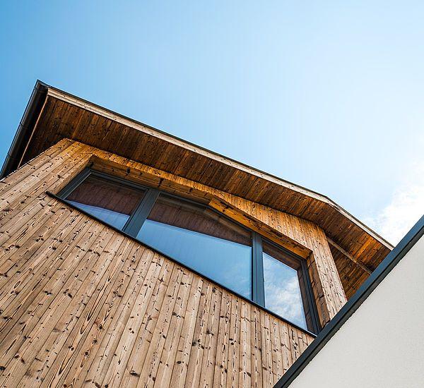 Riegelhaus Holzbauweise Holzfassade Hanglage
