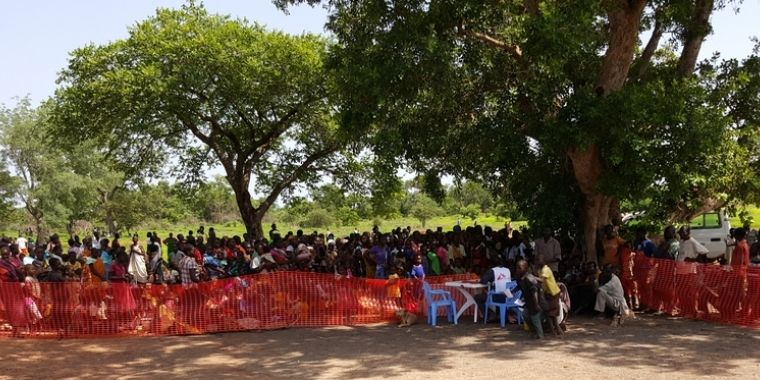 El viernes de la semana pasada se presentaron fuertes enfrentamientos en Wau, Sudán del Sur. En estos momentos sigue llegando gente a la base de las Naciones Unidas. Principalmente son familias con pocas pertenencias que buscan urgentemente alimentos, agua, refugio y atención médica. #MSF proporciona atención médica a la población a través de sus clínicas móviles.