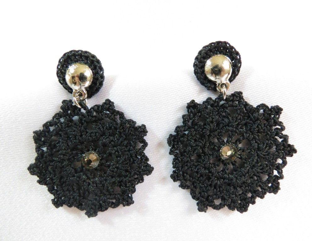 Brinco de crochê feito a mão com linha fina mercerizada, base em metal prateado com aplicação de strass de cristal