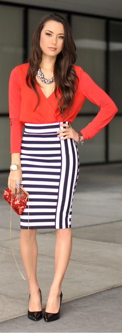 e0277b71c Look de moda: Blusa de manga larga roja, Falda lápiz de rayas ...