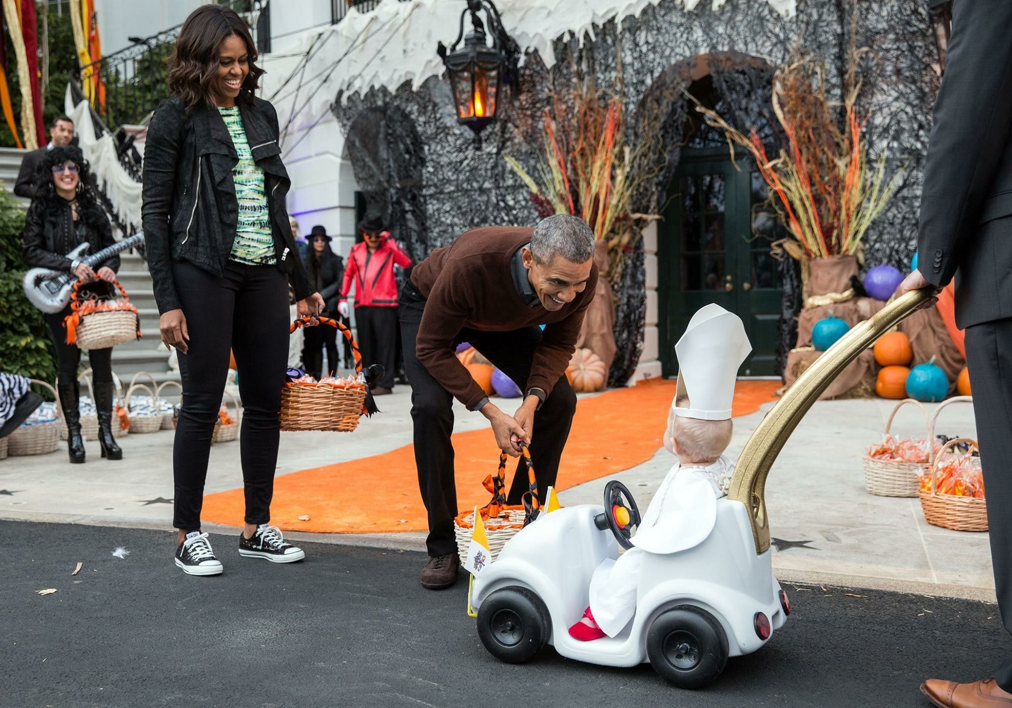 obamas and baby pope at white house halloween. | loveitsomuch in