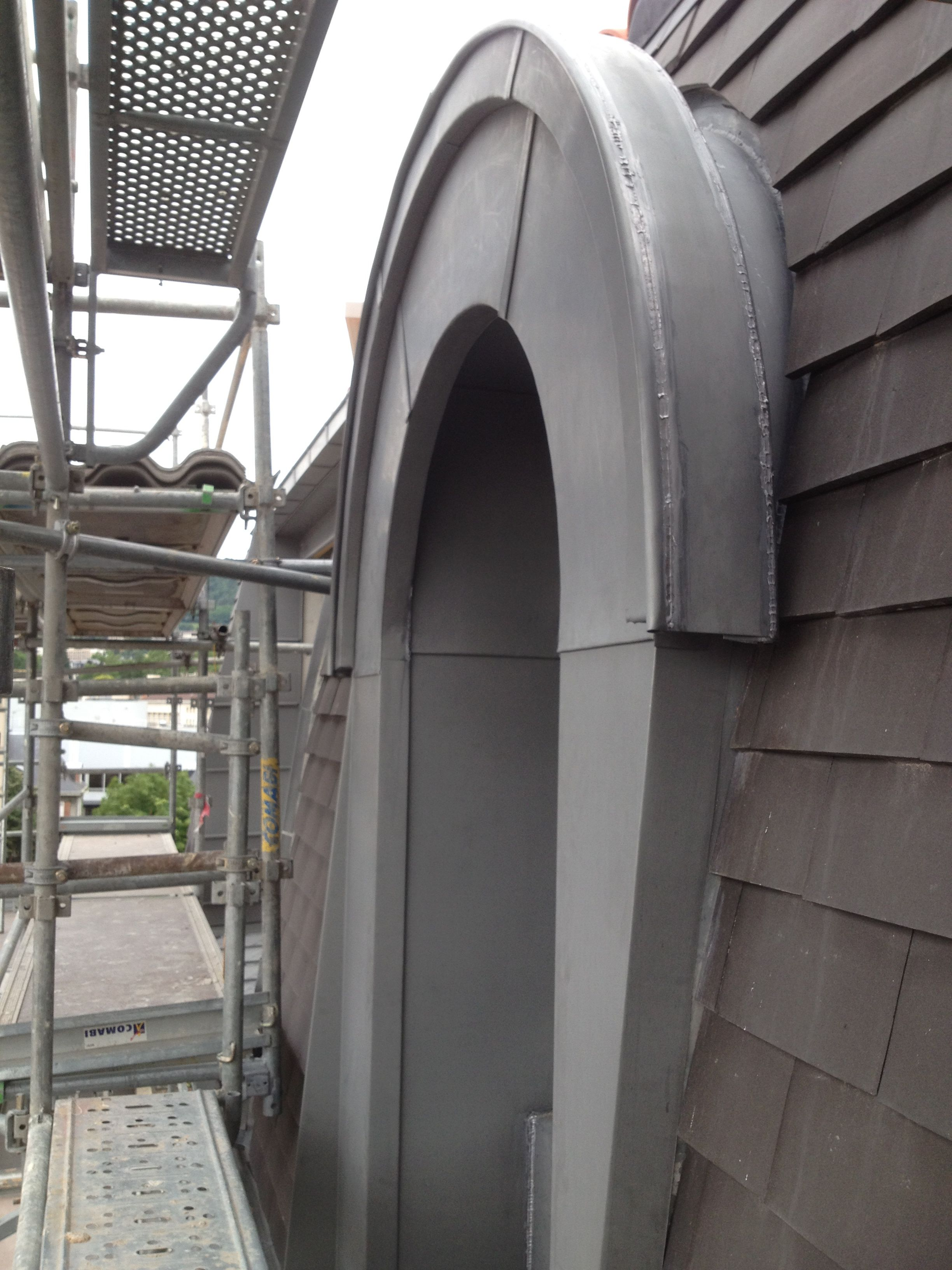 Detail Habillage En Zinc Des Chiens Assis Couverture En Tuiles