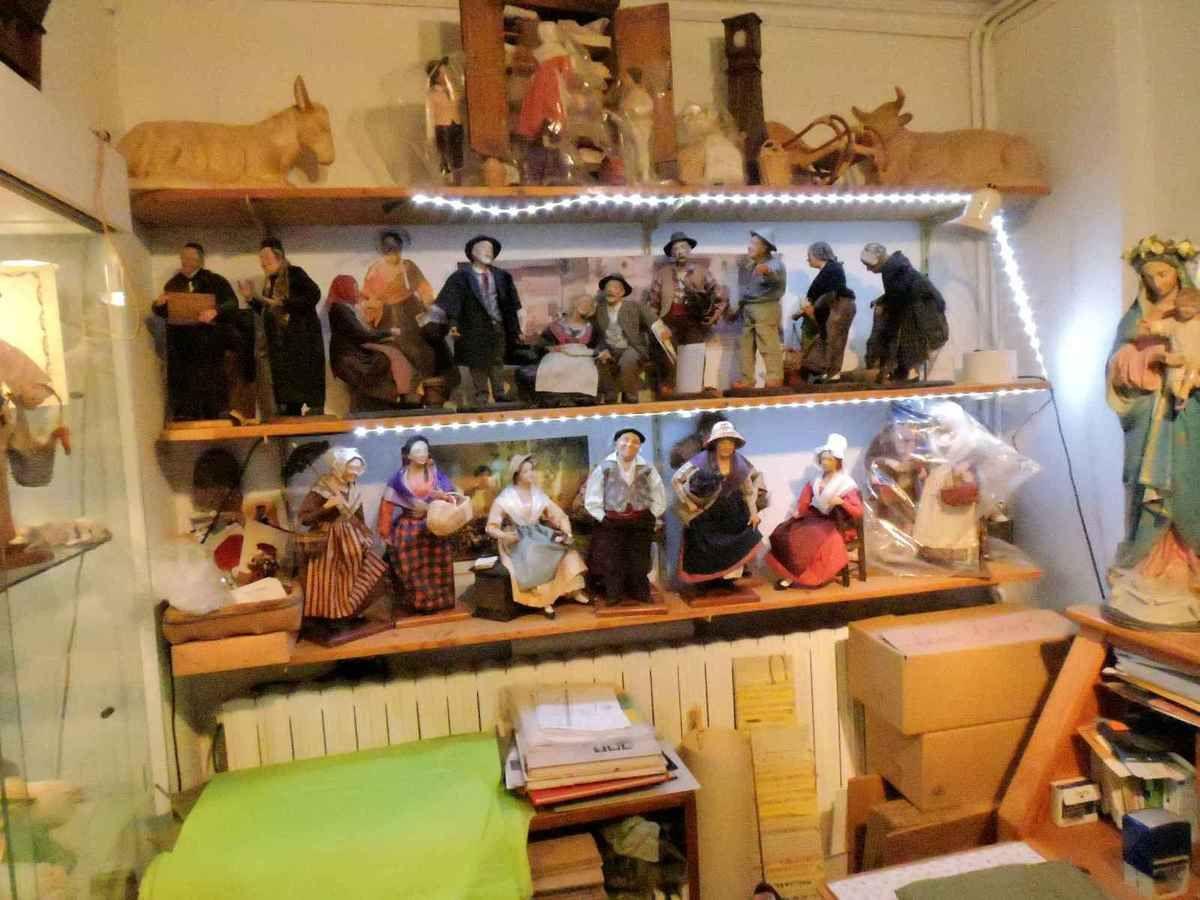 L'atelier de Colette est très bien rangé pour un atelier de santonnier
