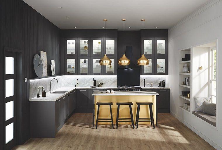Idea per arredare cucina piccola mobili in legno di colore nero