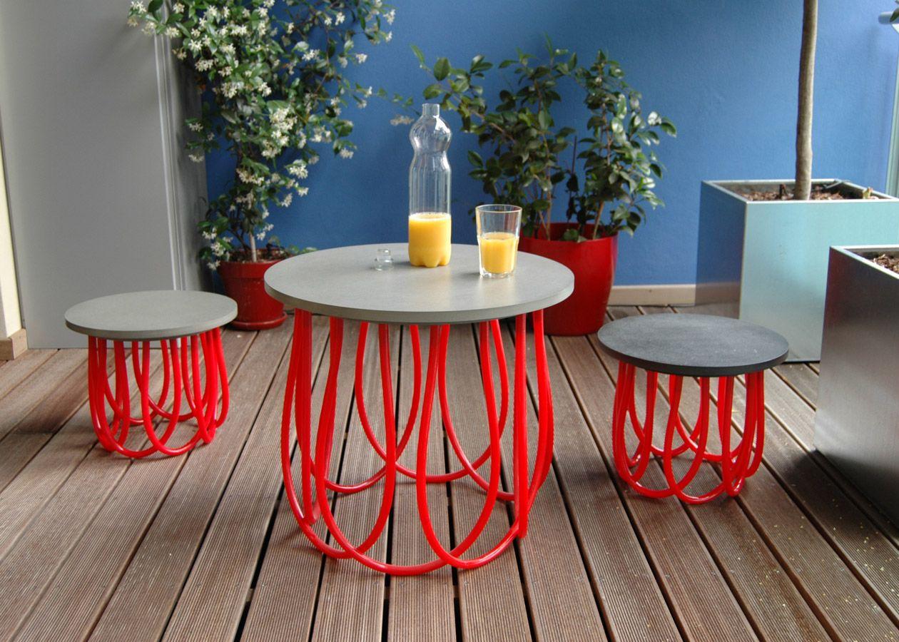 Tavolino e sgabelli in legno mdf certificato e bobine di tubature