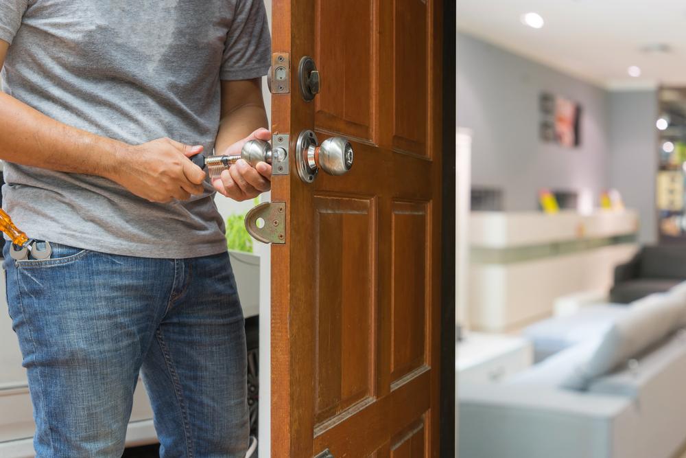 Reasons And Tips To Hire A Locksmith Locksmith Services Emergency Locksmith Locksmith