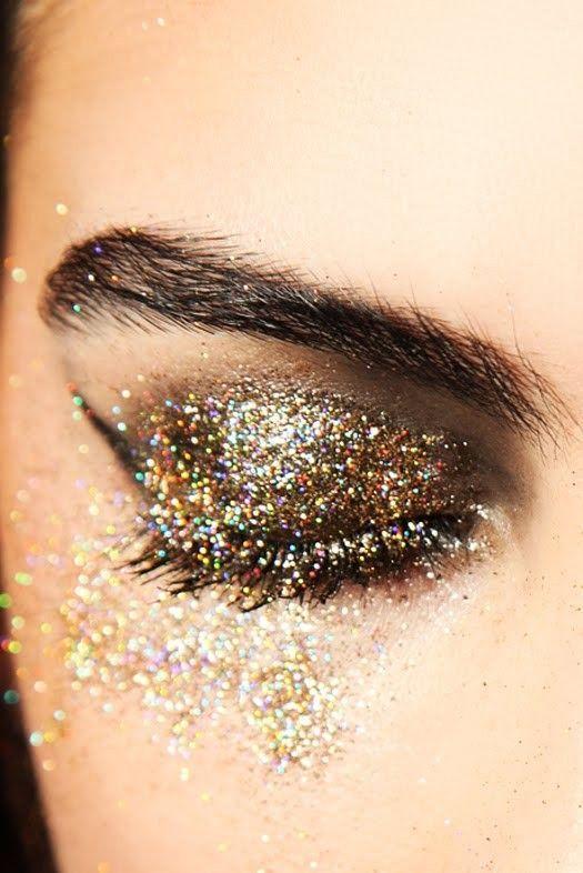 Maquillage de fête inspiration paillettes dorées.