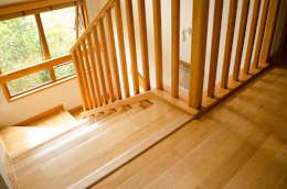 Piso y escaleras.: Paredes y pisos de estilo rústico por Ignisterra