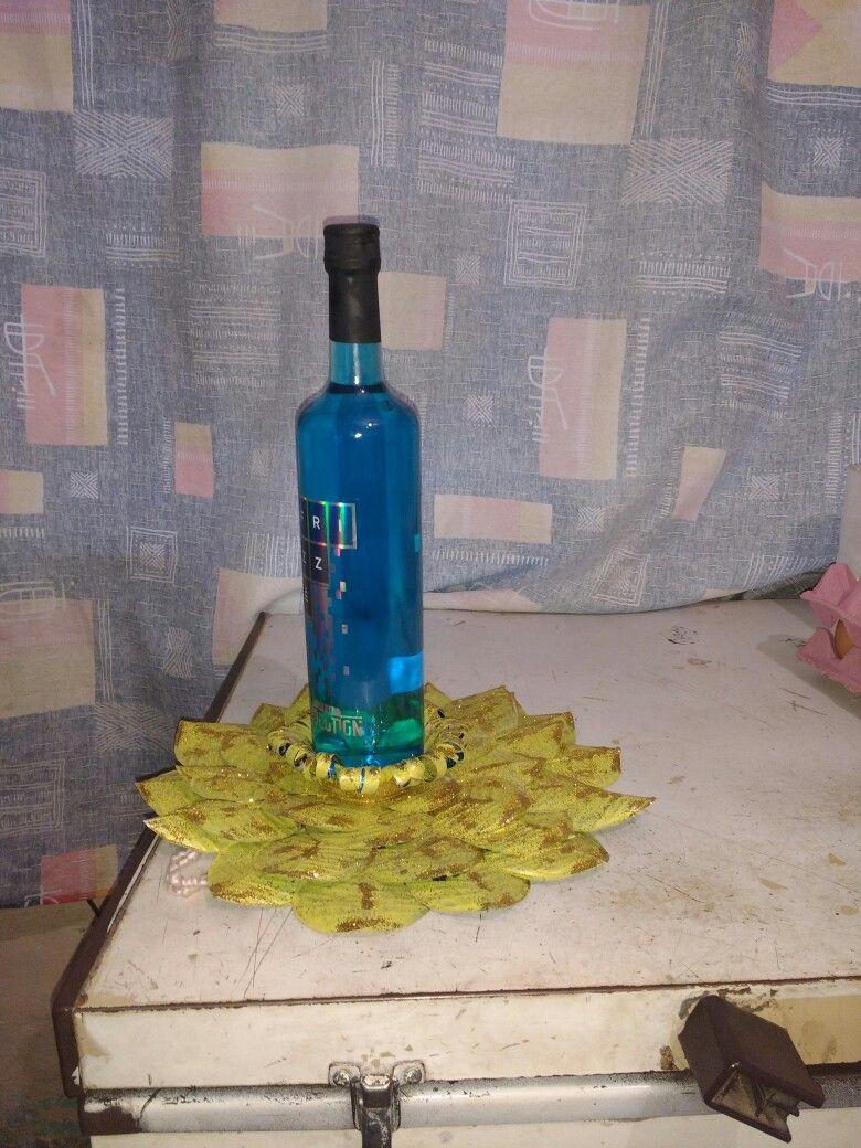 Mándala echa con latitas de coca cortadas en forma de hojas entré caladas