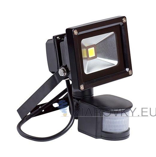Reflektor obsahuje pohybový senzor, ktorý sa zapne akonáhle senzor zachytí pohyb. Krytie LED reflektoru je vyrobené z 5mm hrubého skla, odolnému voči vysokým teplotám, vlhkosti , UV žiareniu, prachu a jemným nárazom. LED reflektor so senzorom - 10W je exteriérové svietidlo na osvetlenie vonkajších alebo vnútorných priestorov. Reflektor je vybavený najúspornejším svetelným zdrojom LED, ktorý ma doteraz neprekonanú životnosť až do 30 000 hodín.
