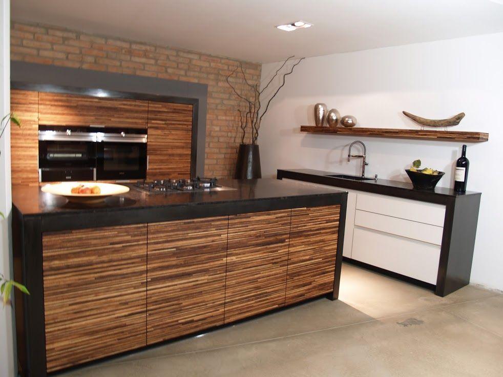 Küche mit großer Kochinsel. Front Wall in Nussbaum und