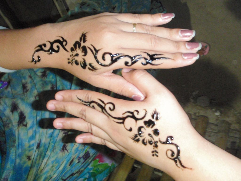 Check Out Simple Henna Tattoo On Hand Henna Is Traditionally Applied To The Hands And Feet Tattoo Design For Hand Hand Tattoos For Girls Simple Tribal Tattoos