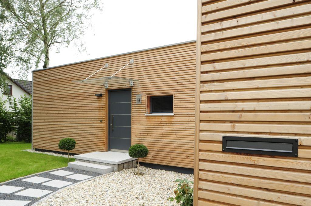 Bau fritz holzhaus bungalow mit l rche verschalung - Holzhaus architektur ...