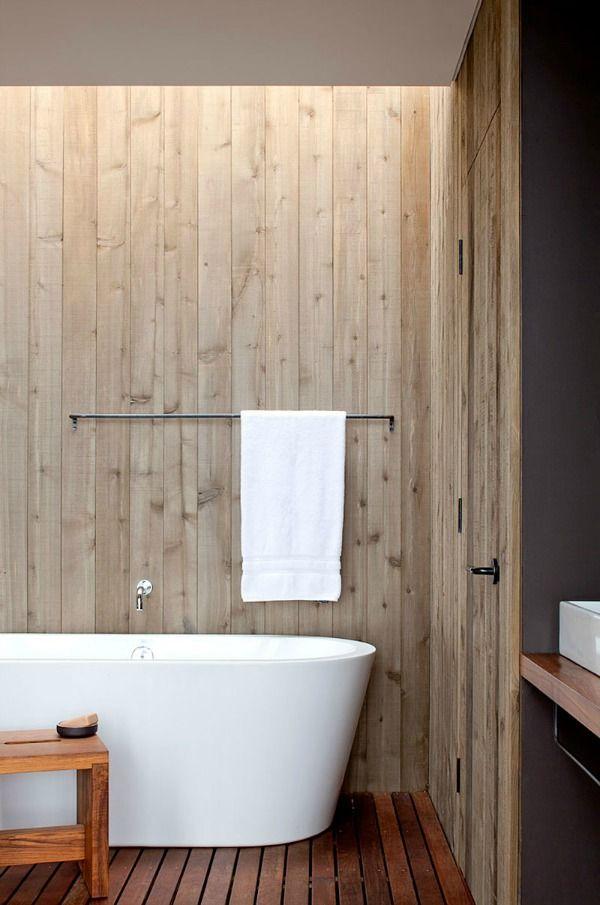 Iets anders dan tegels in de badkamer? Wat dacht je van houten muren ...