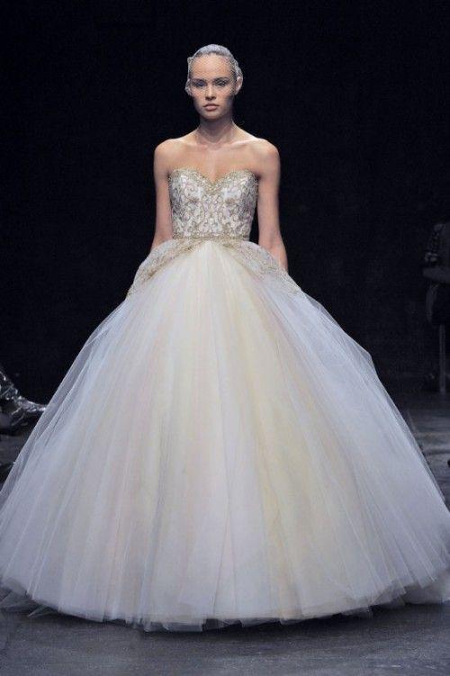 vestido de novia corte princesa con tirantes discretos y falda con