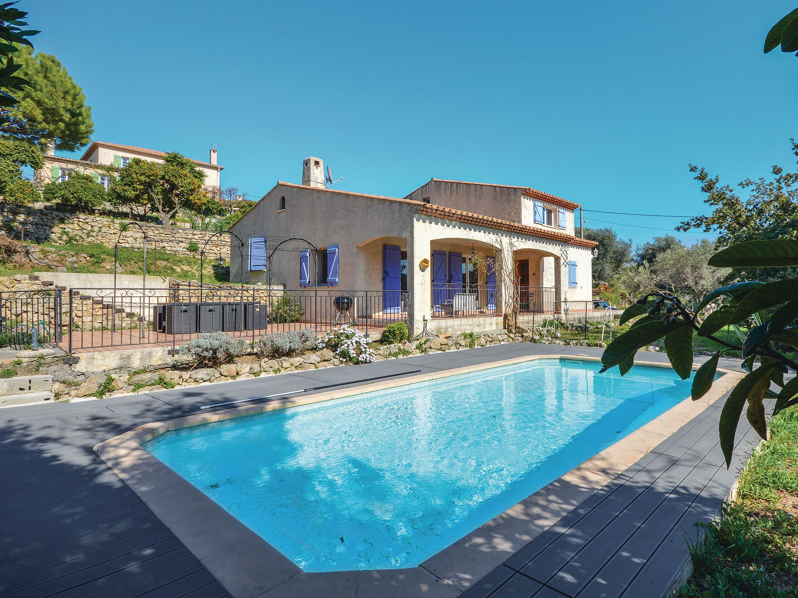 This charming Provençal villa has its own fenced swimming pool with an adjacent terrace.