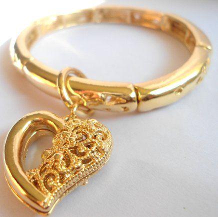 Pulseira dourada com pingente de coração. R$ 45,00